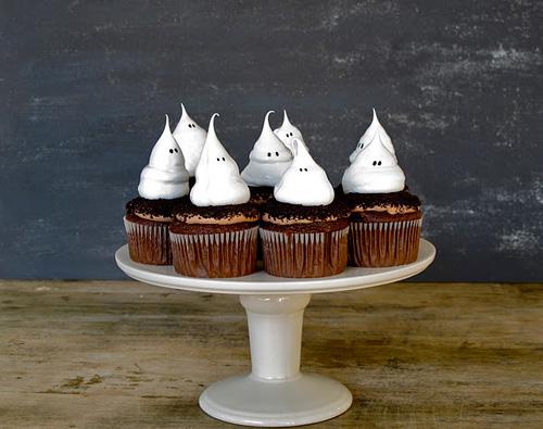 ghost meringue cupcakes with oreo dirt