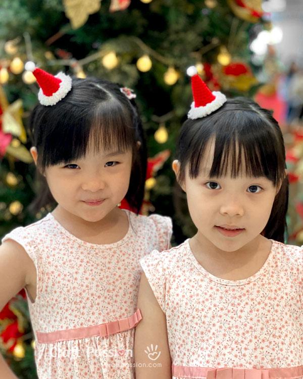 santa hat twins